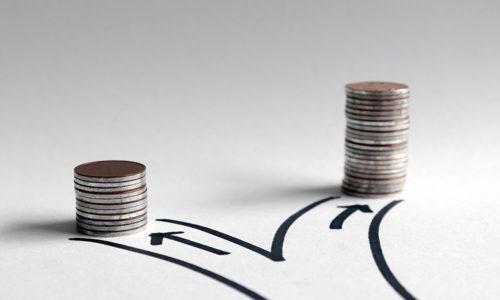 Zwei Stapel aus Geldmünzen stehen nebeneinander