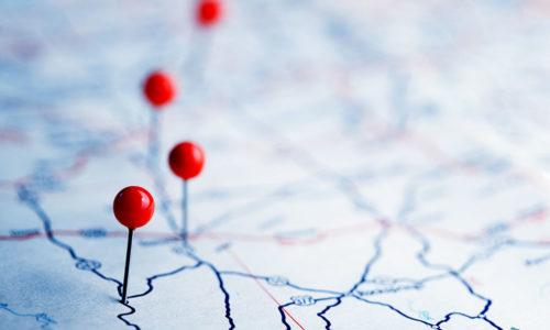 Landkarte mit roten Stecknadeln