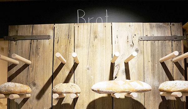 Frische Brotlaiber im Regal