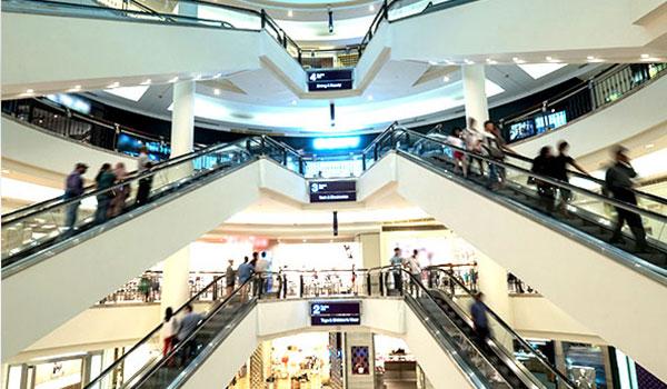 Einkaufszentrum mit Rolltreppen von innen