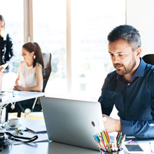 Mann und Frau im Büro am Schreibtisch