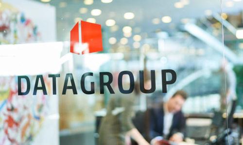 Logo des IT-Dienstleisters Datagroup auf einer Bürotür