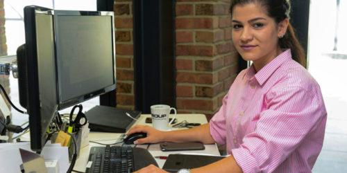 Maryam Habib sitzt am Schreibtisch