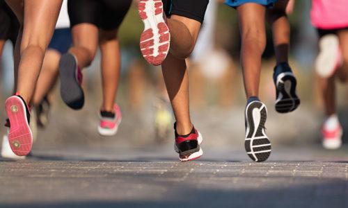 Laufende Kinder bei Jugend traininert für Olympia
