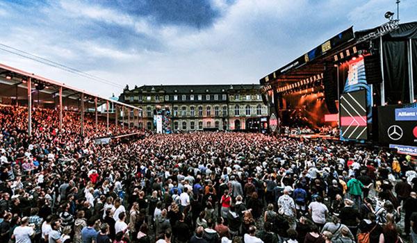 Menschenmenge vor Bühne beim Jazzopen auf dem Stuttgarter Schlossplatz