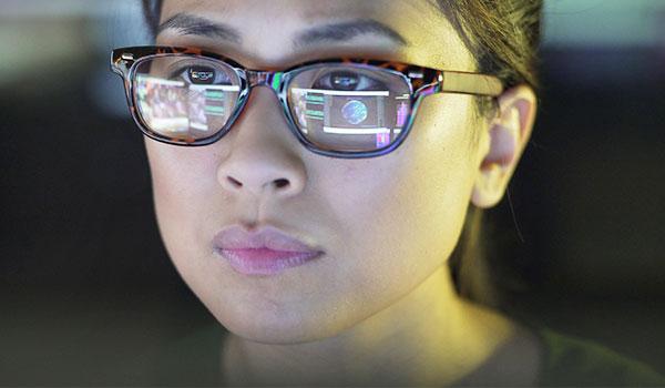 Frau am PC, Nahaufnahme des Gesichts