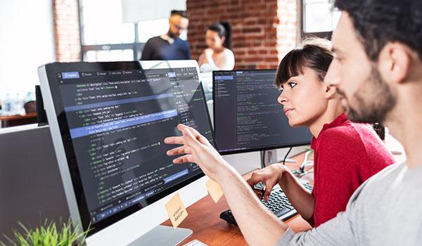 Mann und Frau sitzen am Computer