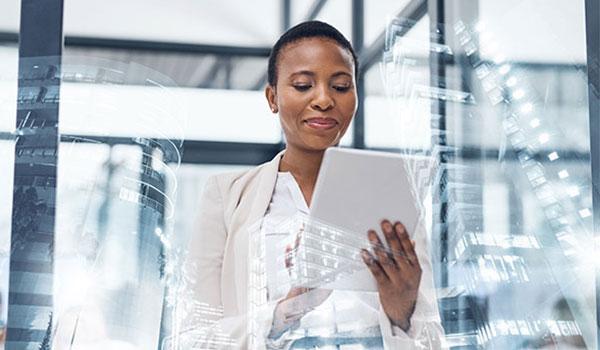 Frau steht mit Tablet im Büro