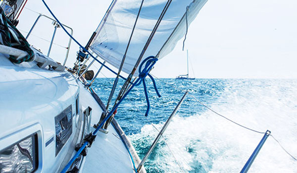 Segelboot im Meer, starker Wellengang