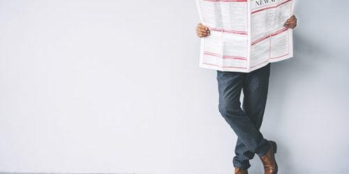 News Mann liest Zeitung