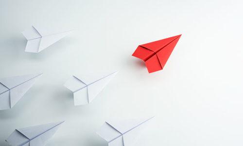 Überflieger: roter Papierflieger