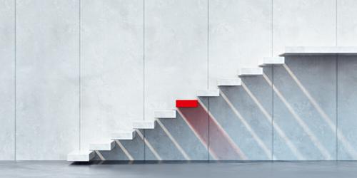 Freischwebende Treppe an Betonwand