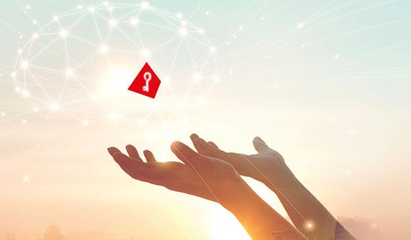Symbolbild Sicherheit in der Cloud: Roter Schlüssel schwebt in der Cloud
