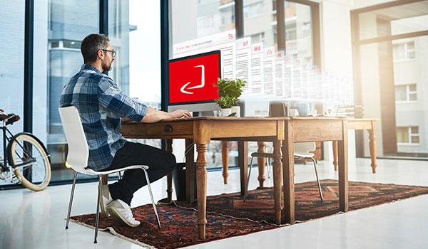 Mann sitzt am Computer