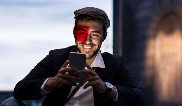 Mann lächelt in Handy
