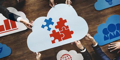 Puzzleteile auf einer Wolke